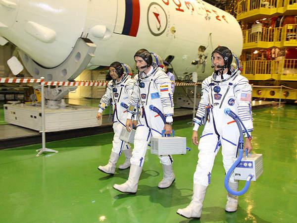 (L-R) Aki Hoshide, Yuri Malenchenko and Sunita Williams will stay on Soyuz TMA-05M from July to November 2012.