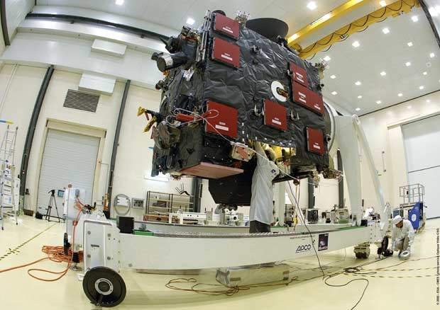 Manipulation of Rosetta's lander at CSG facilities.