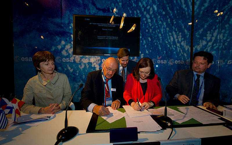 The HAG1's REDSAT payload development agreement contract was signed at the Paris Air Show, Le Bourget, on 18 June 2009. Image: courtesy of ESA - S. Corvaja.