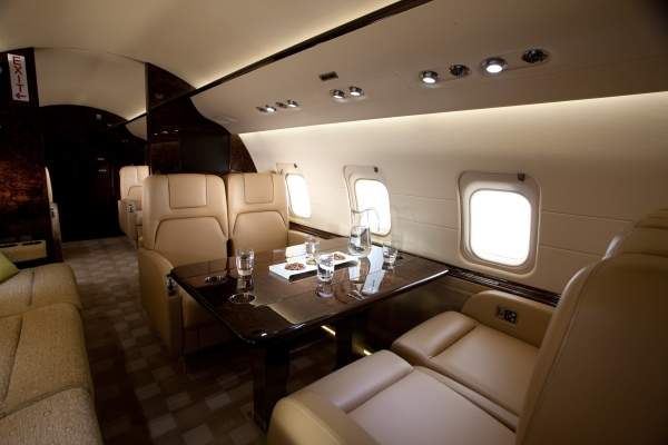 The spacious cabin of the Challenger 850 accommodates up to 14 passengers. Image courtesy of Bombardier / BBA Press.
