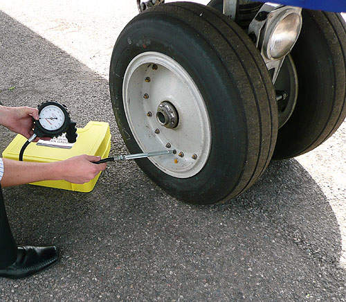 4 aerospace technology the newbow range of aircraft tire pressure check gauges offers accuracy of 1 at reading altavistaventures Images