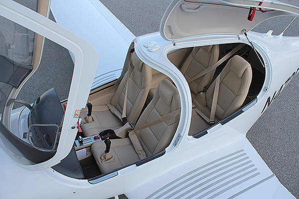The pure leather seats of the DA40 XLT are sun-resistant. Image courtesy of Diamond Aircraft.