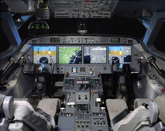 The PlaneView cockpit of the G450 has four large liquid crystal flight displays, a Gulfstream Enhanced Vision System (EVS) with a Honeywell HUD 2020 head up display and a cursor control device.