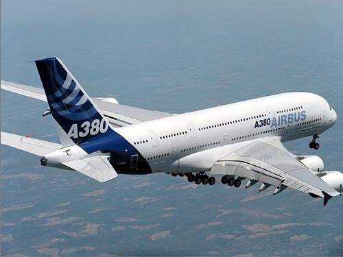 The A380 is powered by four engines (either Rolls-Royce Trent 900 or GE / Pratt & Whitney GP7200), each providing 70,000lb of thrust.