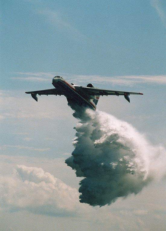 The firefighting aircraft can empty its water tanks over the site of the fire in 0.8 to 1.0 seconds.
