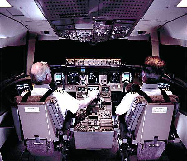 The Boeing 777 was the first aircraft with an ARINC 629 digital data bus linked to the main and standby navigation systems.