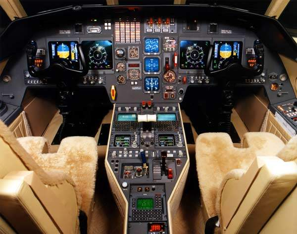 The cockpit of the Falcon 2000.