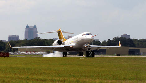 The first Global 5000 business jet takes off from Bombardier's Tucson completion centre, en route to its public debut in White Plains, New York, on 11 June 2003.